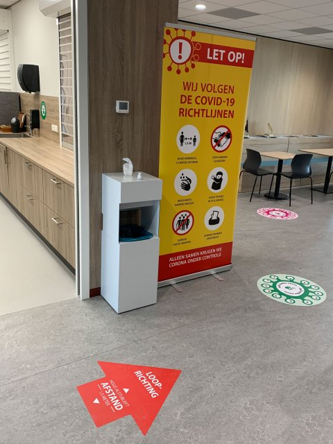 Dispenser_Vloersticker_Corona_Preventie_PCOU_Brouwer_Sign_06